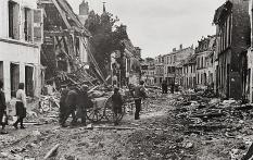 """Die """"Befreier"""" und die Befreiten Wie eine Walze der Zerstˆrung fallen die Bomber der Anglo-Amerikaner ¸ber die St‰dte und Dˆrfer der Normandie her. In wenigen Minuten zerstˆren sie das, was Jahrhunderte erbauten. Die Zahl friedlicher Franzosen, die unter den Tr¸mmern begraben werden, ist riesig. Foto: PK-Kempe/Transocean-Europaress Ende Juli 1944"""