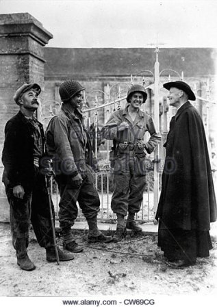 two-american-soldiers-chat-with-a-french-cure-in-nucilly-normandy-cw69cg